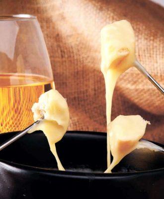 Сырное фондю и бокал белого вина